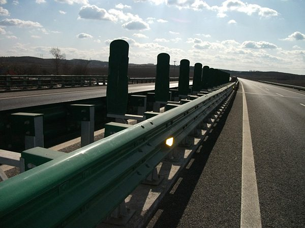 High speed anti-collision guardrail
